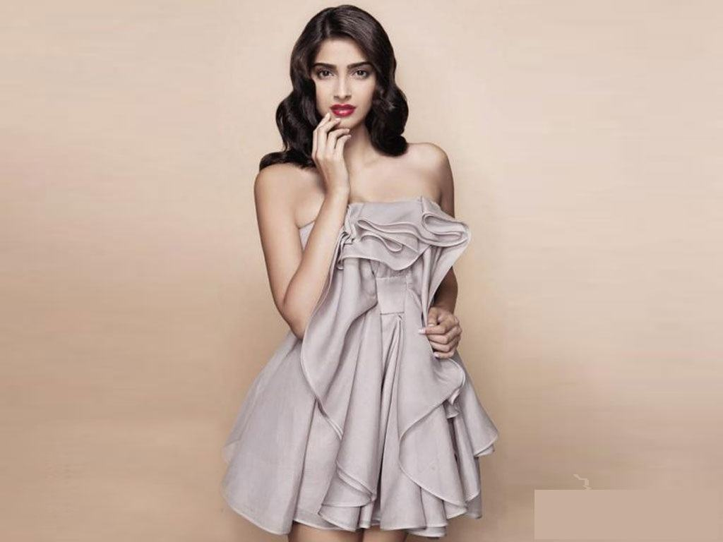 sonam-kapoor-hot-wallpapers