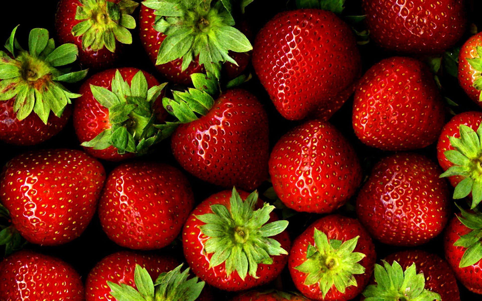 strawberries-wallpaper