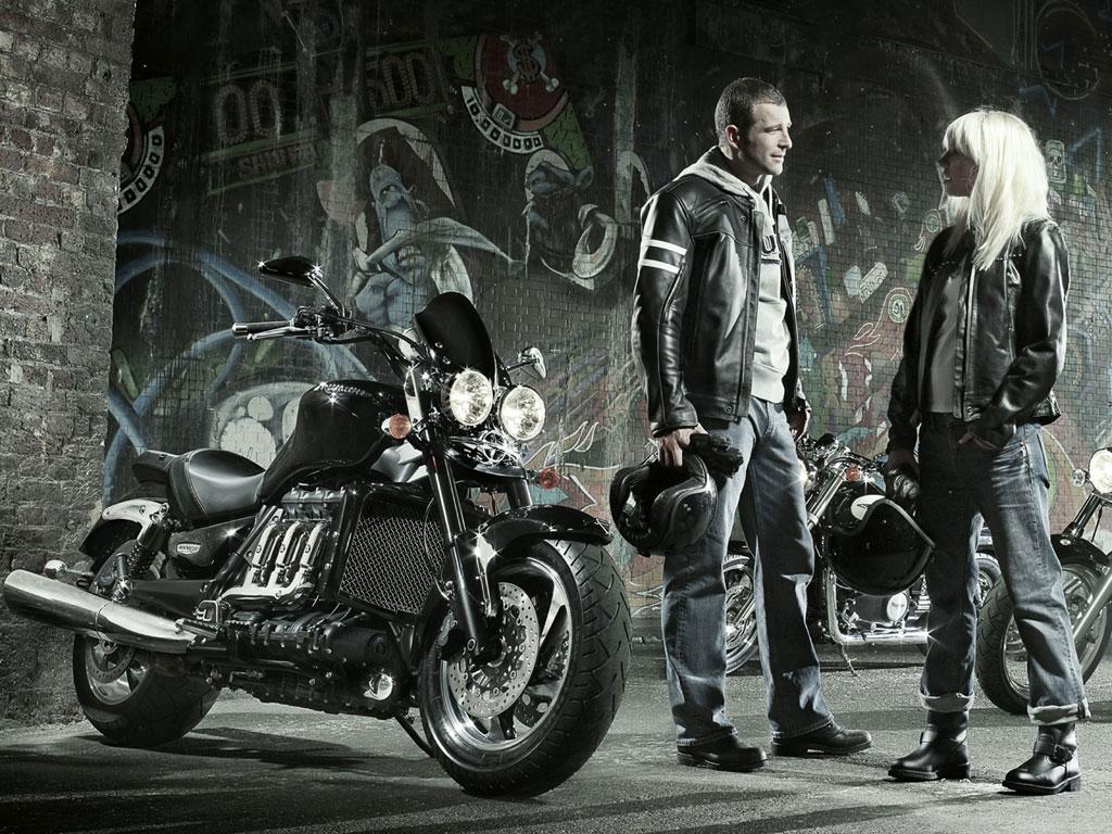 белой фото элегантный мотоциклист мужем природе